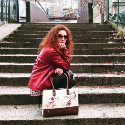 Aspettando la primavera tra un acquazzone e la nebbia  Ispirata dalle nuove tendenze  #outfitoftheday  #leatherjacket #redjacket #leatherpants #blackpants #flowerblouse #calvinklein #bag #vendulalondon #sunglasses #vogue #ring #seajewels  #outdoor #picoftheday #fashionaddict #fashionstyle #fashionblogger #fashion #instafashion #instafashionista #atrendyexperience #fashionaccessories
