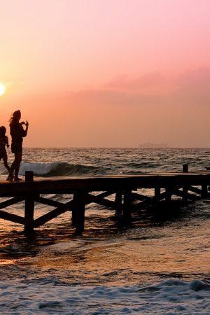 casa vacanza family-pier-man-woman-39691