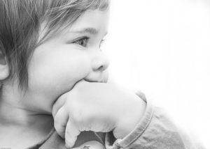 Perché i bambini mettono le mani in bocca?