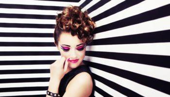 donna dallo stile glam rock
