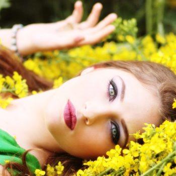 Correttore colorato e primer per nascondere gli inestetismi della pelle