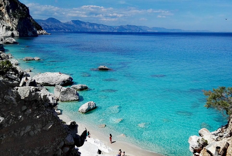 spiaggia sarda tra rocce e sabbia
