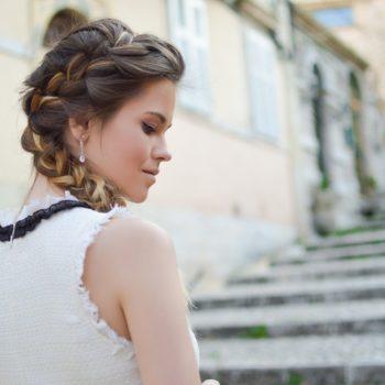pettinare i capelli in estate con la treccia