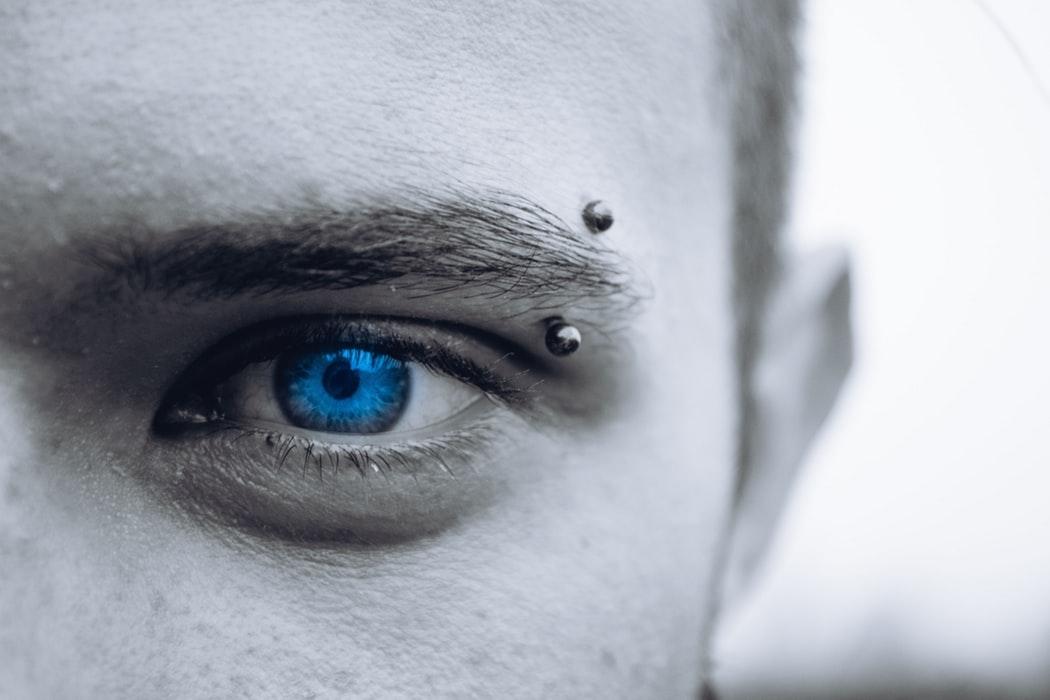 Eyebrow piercing al sopracciglio