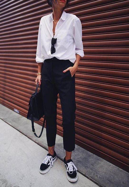 camicia classica bianca con pantalone e sneakers