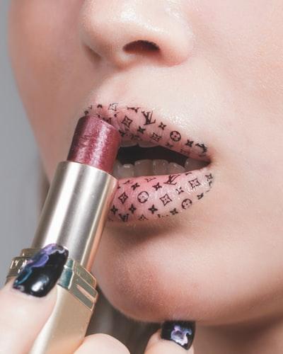 Make Up Adesivo, il trucco sticker, è la nuova tendenza di bellezza.