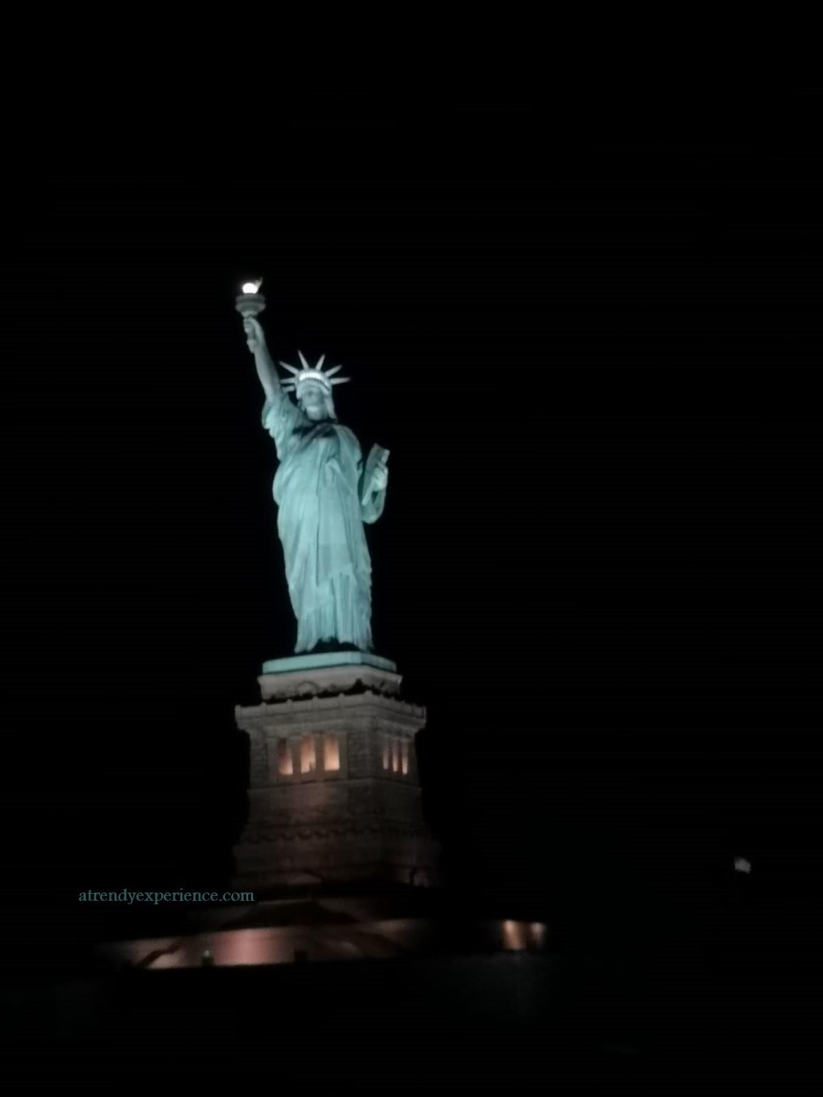 Statua della libertà di notte