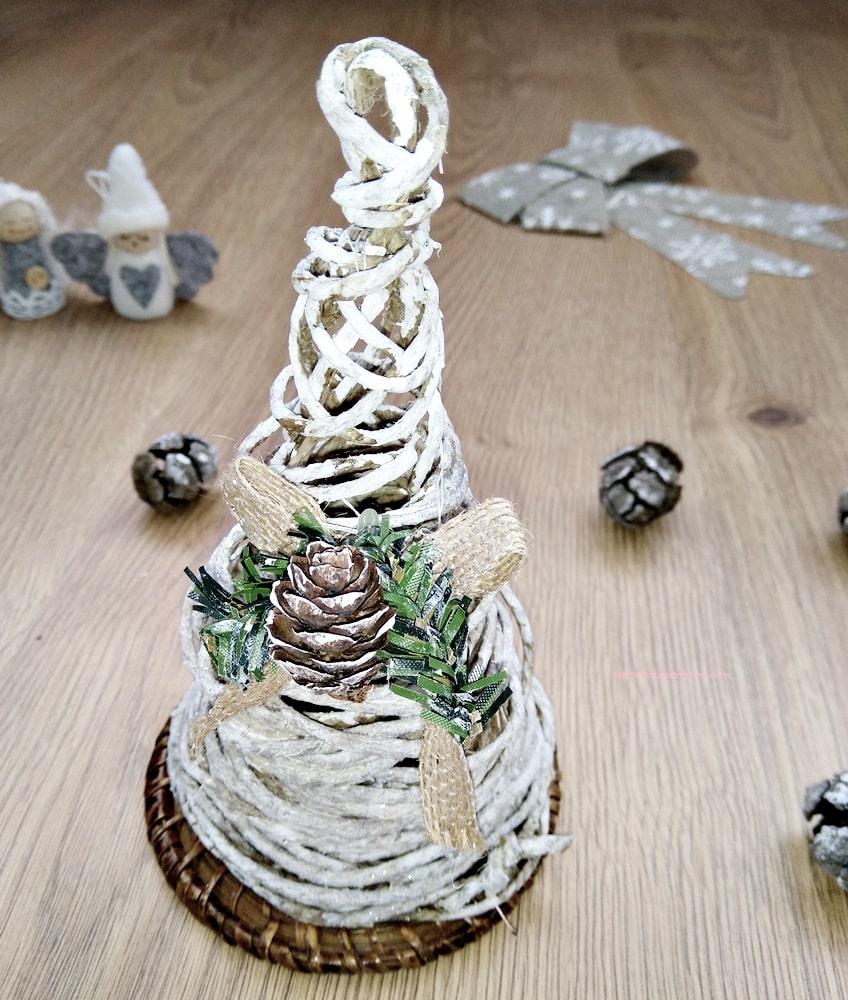 Albero di Natale in corda per decorare il centrotavola in stile shabby chic