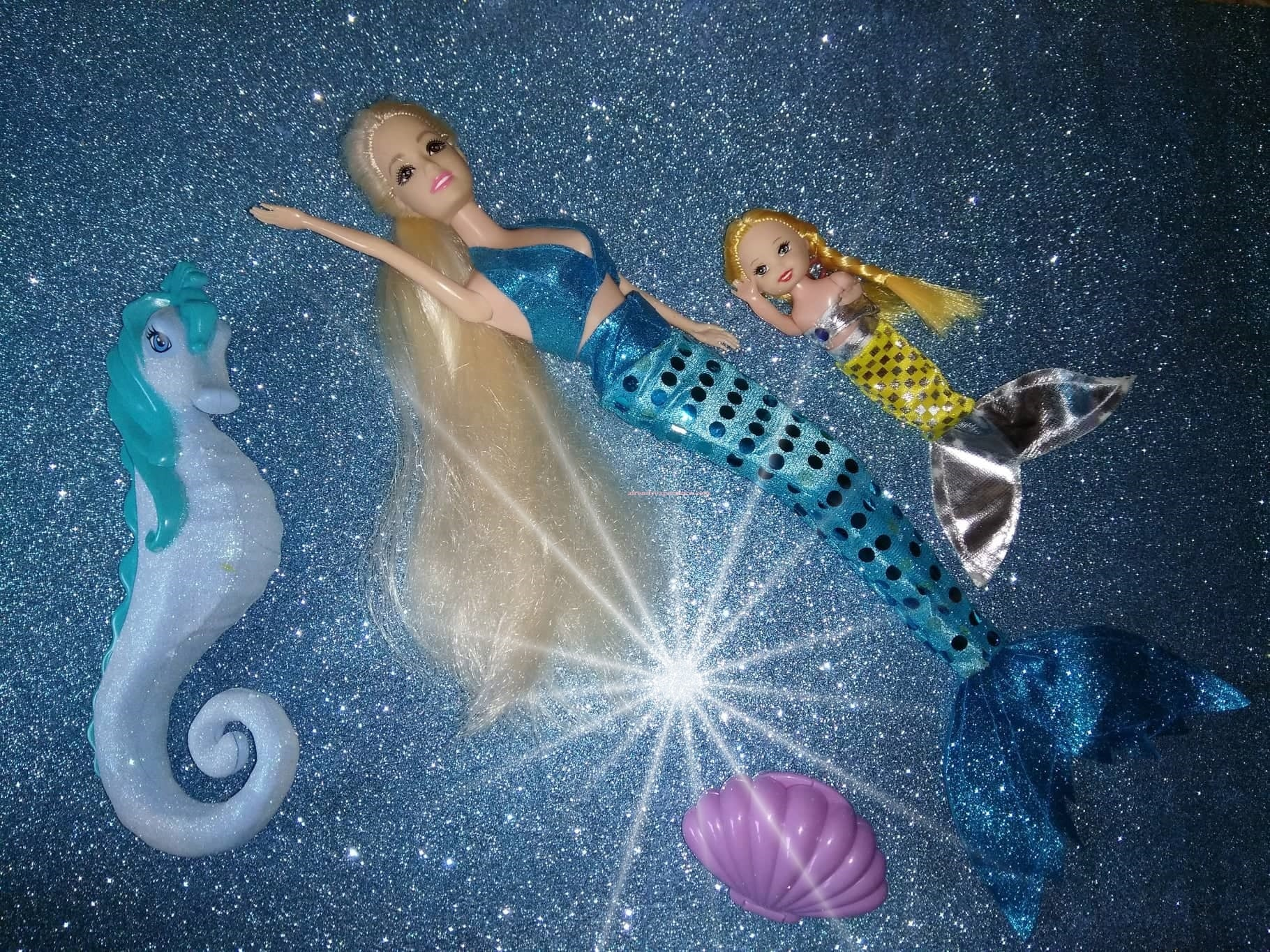 Bambola sirena che nuota con cavalluccio marino e sirenetta baby