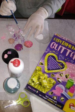 esperimenti con i glitter di lisciani giochi come si colorano le conchiglie
