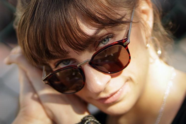 taglio di capelli per valorizzare occhiali da sole