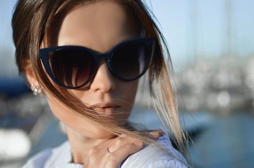 I Tagli di capelli per valorizzare gli occhiali da sole