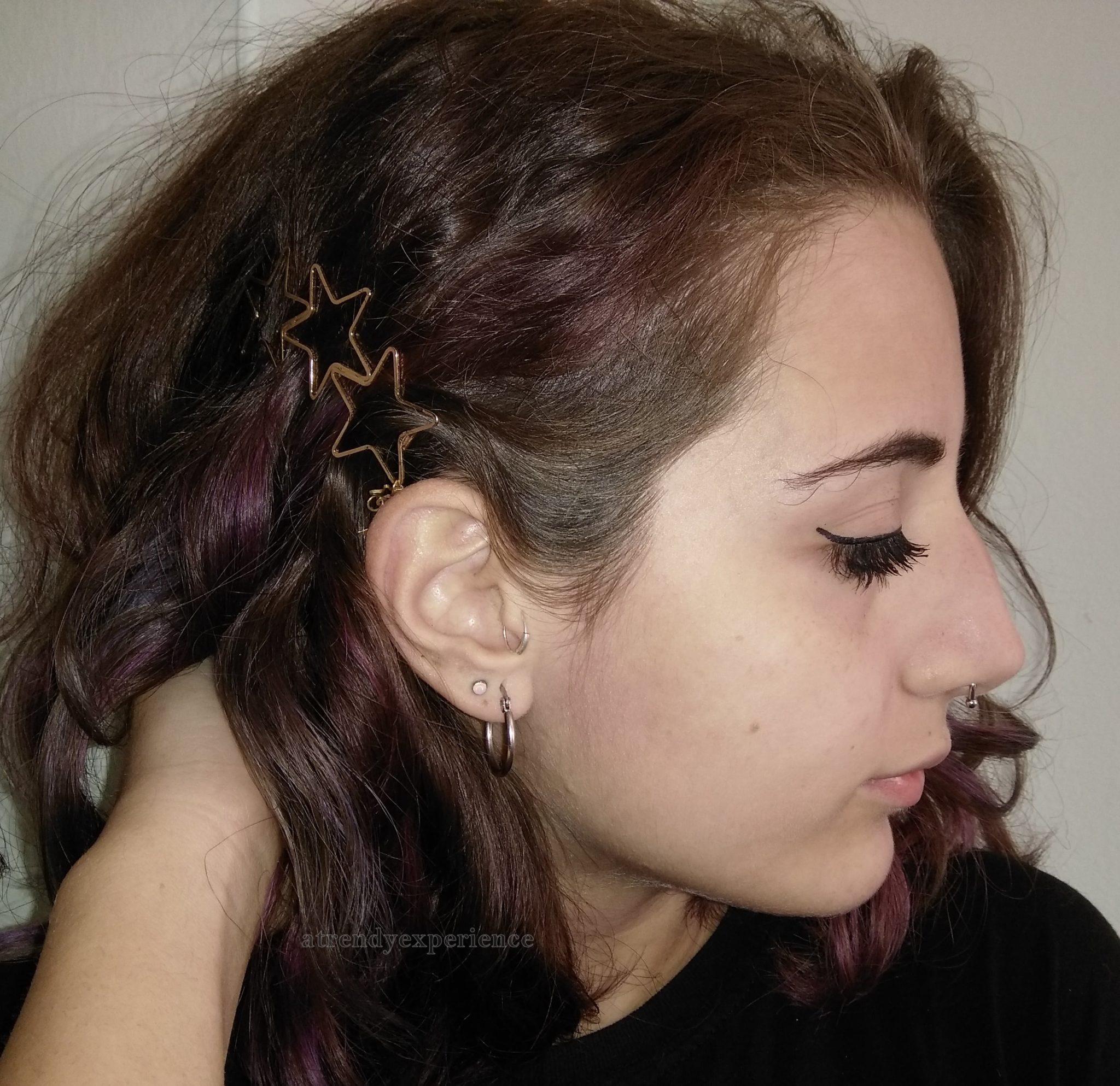 acconciature capelli con molletta dorata
