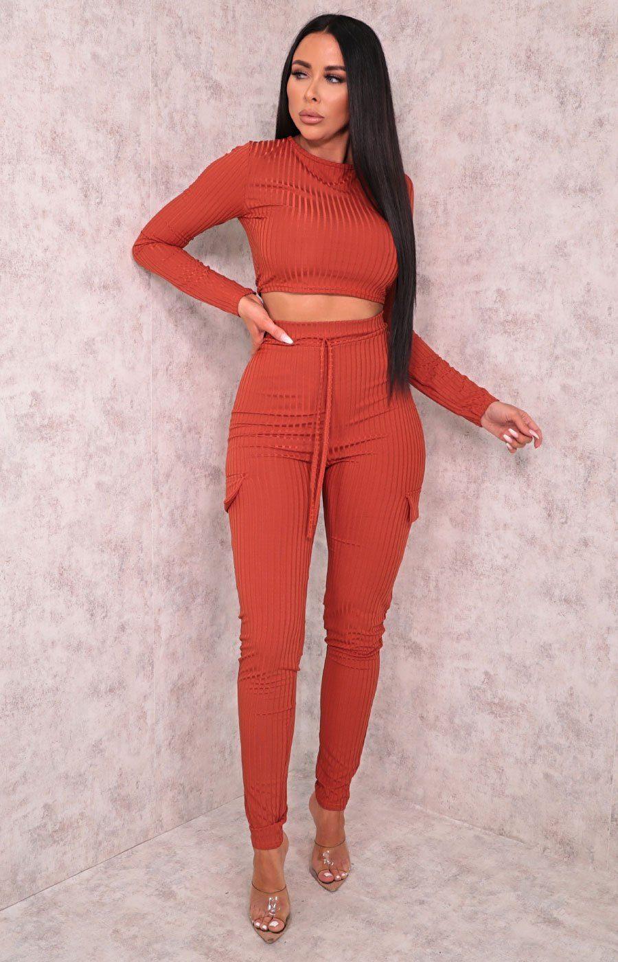 tuta arancione in maglia con top crop e pantaloni con tasche