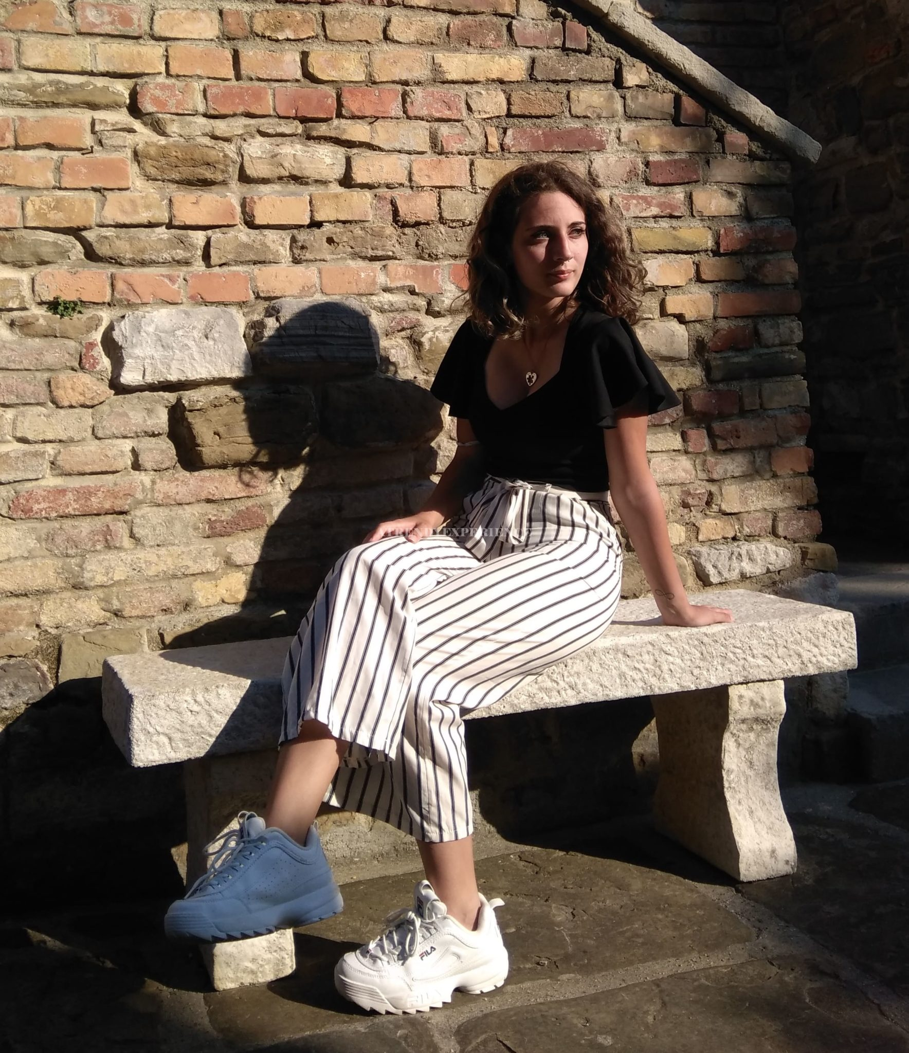 look casual chic con le sneakers bianche