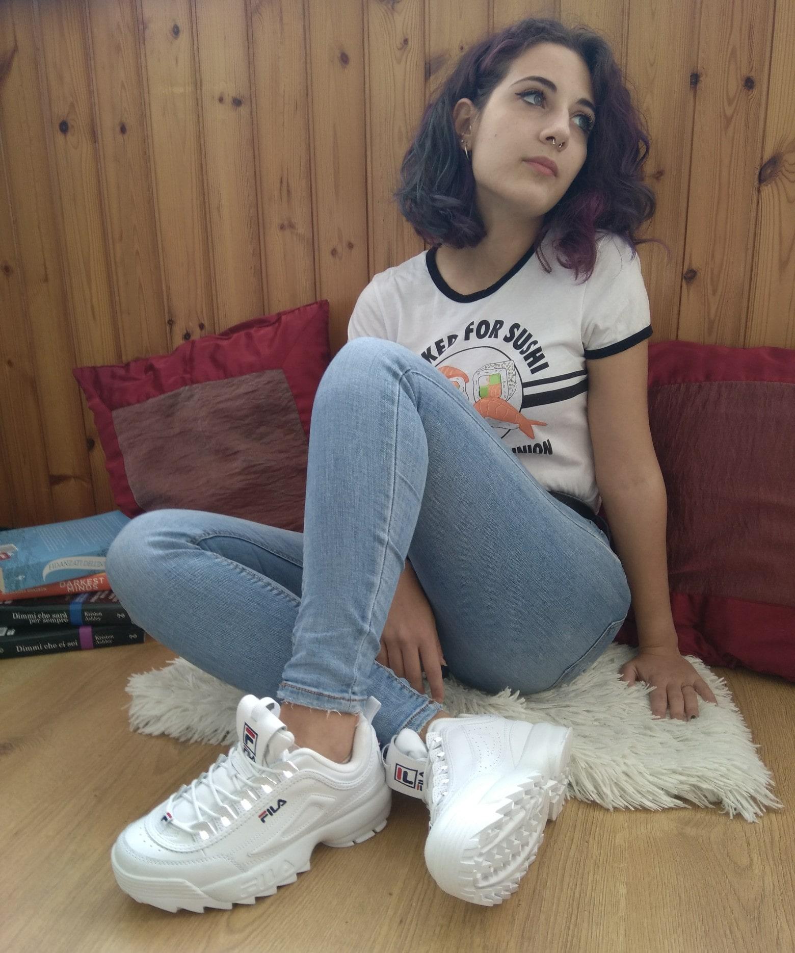 abbinare le sneakers bianche ai jeans e tee