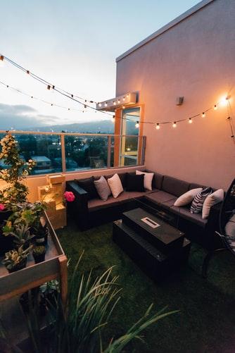 Decorare il terrazzo con il prato sintetico