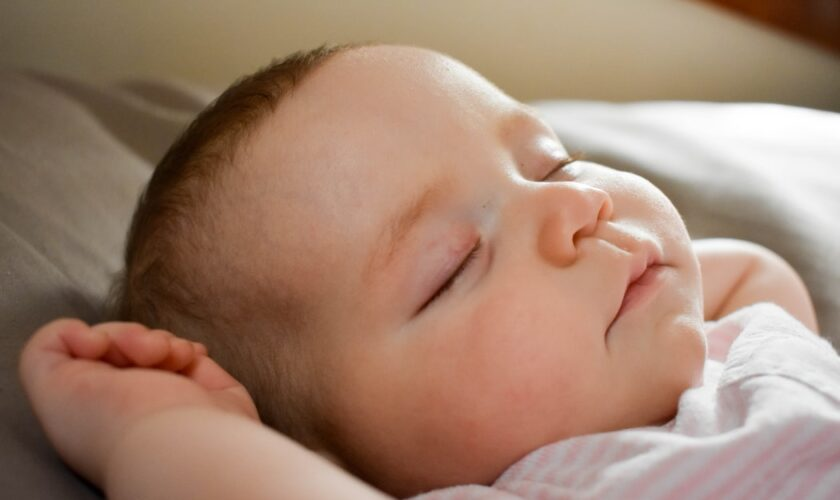 come svegliare un bambino quando dorme