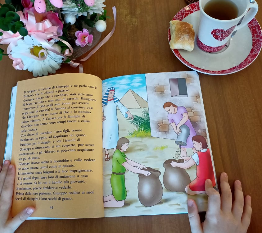 bambina che legge la bibbia