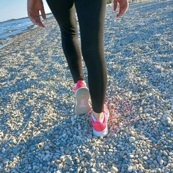 beach walking camminare in spiaggia benefici e come si fa in modo corretto