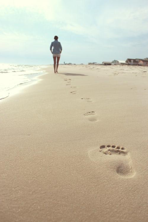 camminare sulla sabbia a piedi nudi vantaggi