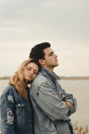i segnali del linguaggio del corpo femminile e maschile nel corteggiamento