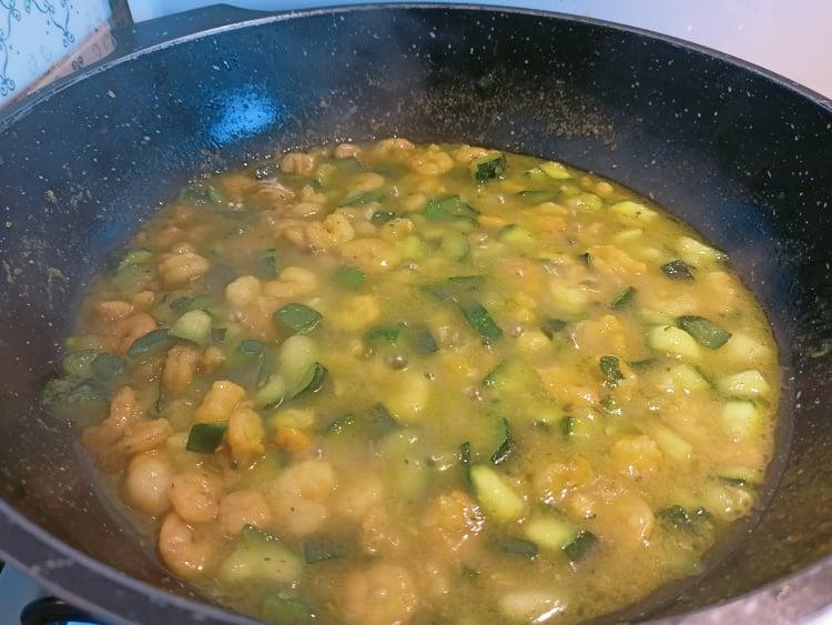 il sugo dei gamberetti e zucchine va fatto consumare per qualche minuto
