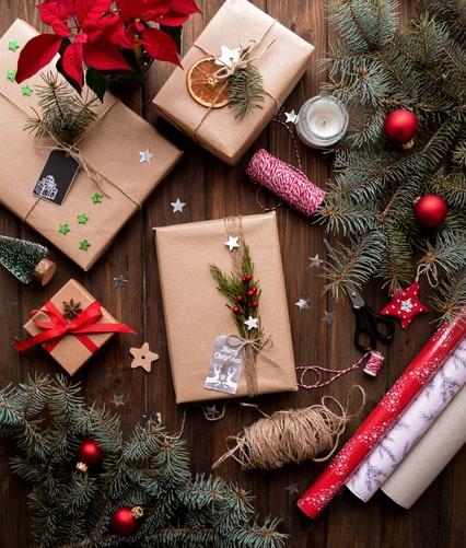 Acquistare articoli di Natale presso una bancarella cittadina