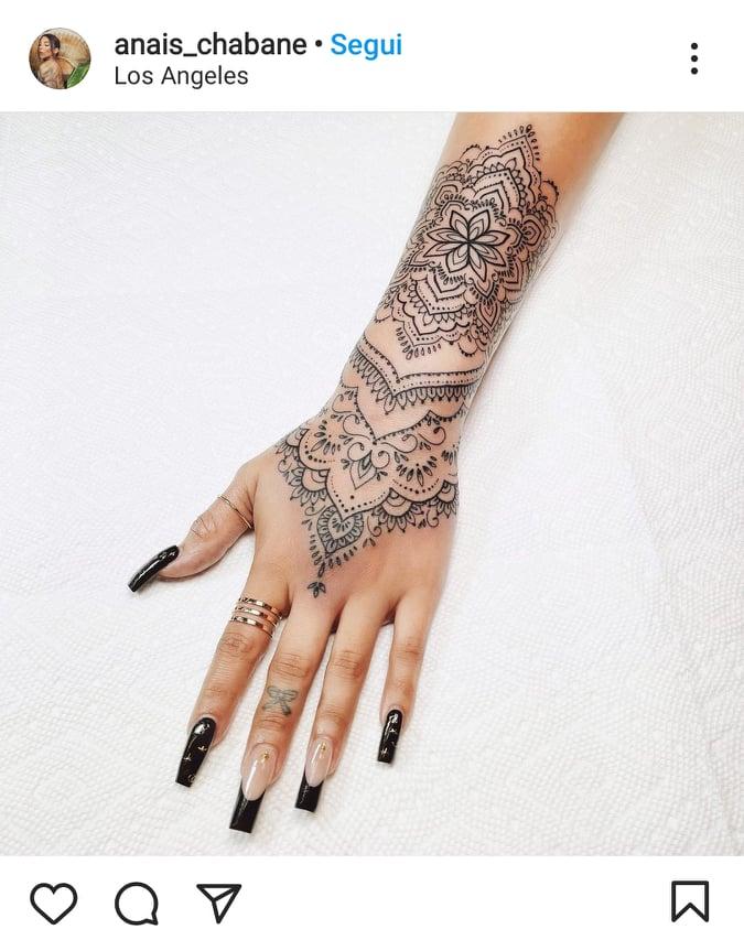 tattoo mandala mani e dita