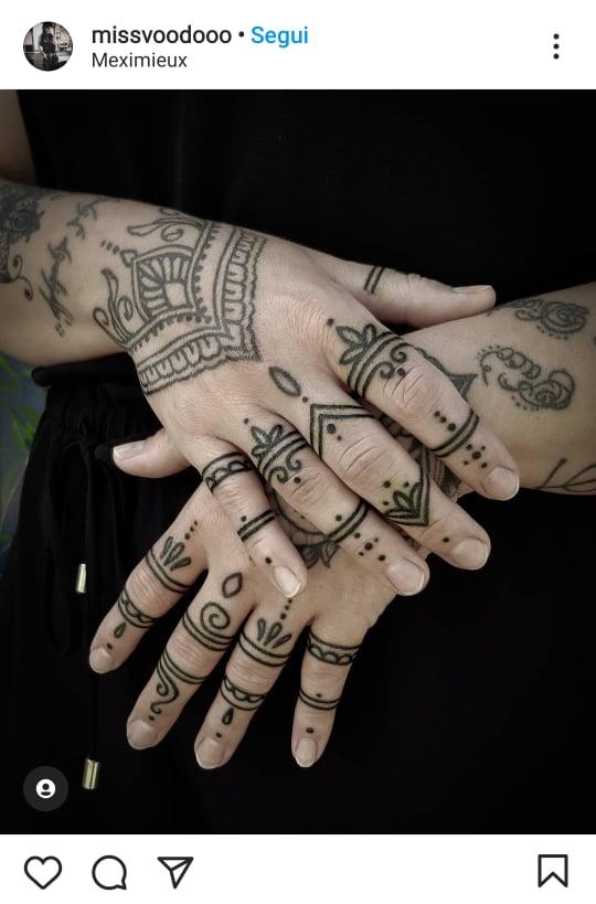 tatuaggio mani e dita mandala